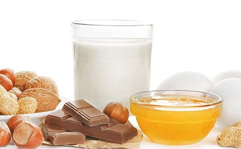 İnek sütü protein alerjisi olan bebeklerin hangi besinlerden kaçınması gerekir